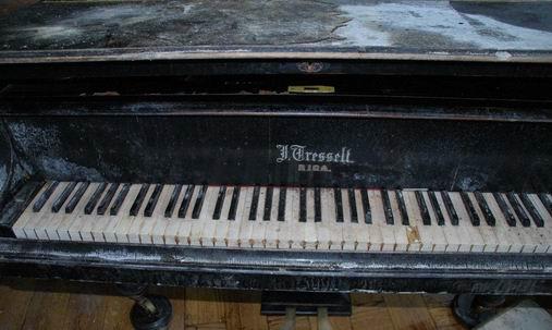 Zniszczony stary fortepian do remontu