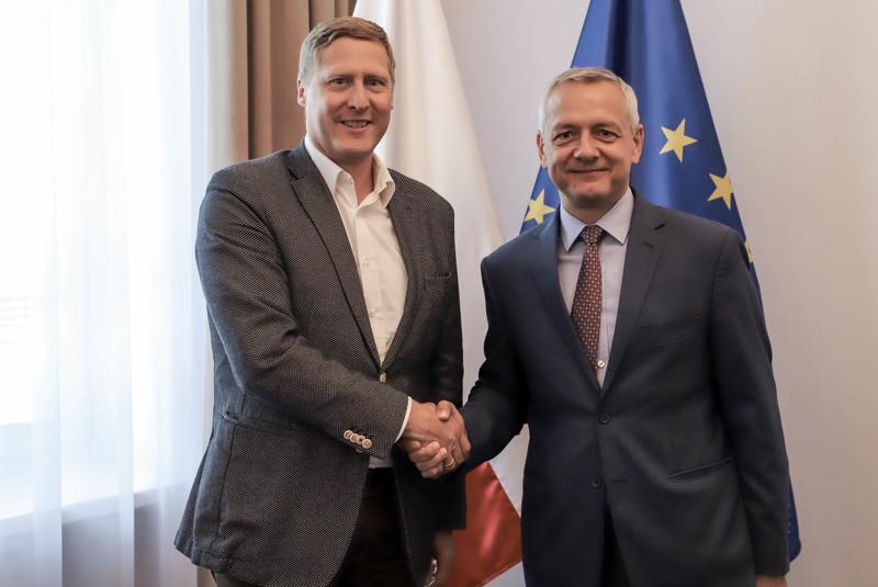 Marek Zagórski, minister cyfryzacji podpisał porozumienie z Andreasem Maierhoferem, prezesem T-Mobile Polska,