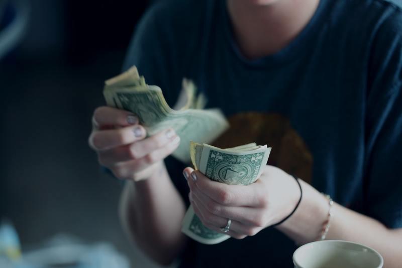 UOKiK od 4 lat bada, czy operatorzy oddają konsumentom niewykorzystane pieniądze - jest pierwsza kara
