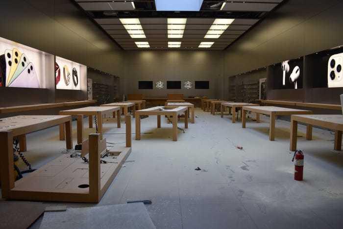 Całkowicie rozkradziony i zdewastowany salon Apple