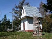 Krzyż, kapliczka i figurka MB na Górze Krzemieniucha