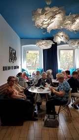 Seniorzy w kawiarni