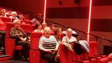 Seniorzy w kinie Zacisze