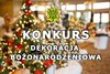 """Zdjęcie z oświetleniem świątecznym i napisem """"Konkurs Dekoracja Bożonarodzeniowa"""" oraz herbem gminy Wiśniew"""